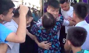 Fan nữ lớn tuổi lao vào ôm chầm lấy Quang Hải, Duy Mạnh
