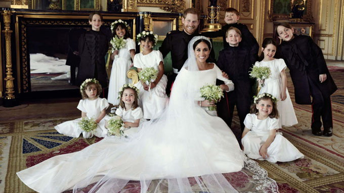 Vợ chồng Công tước xứ Sussex tươi cười bên dàn thiên thần thí, trong đó có Hoàng tử George và Công chúa Charlotte. Ảnh: Kensington Palace.