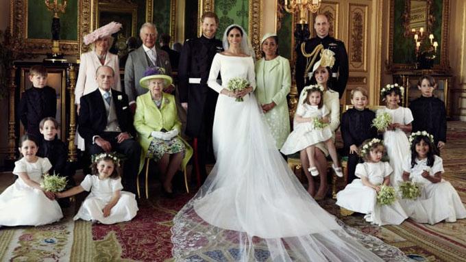 Tân lang tân nương chụp cùng các thành viên hoàng gia, dàn thiên thần nhí và mẹ của cô dâu. Ảnh: Kensington Palace.