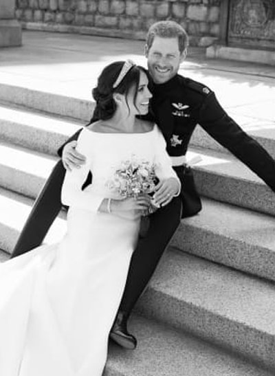 Cô dâu ngồi trong lòng chú rể ở bãi cỏ phía đông, lâu đài Windsor. Ảnh: Kensington Palace.