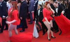 Người mẫu Nga tồng ngồng trên thảm đỏ Cannes vì tuột váy