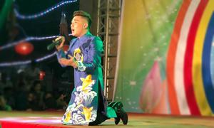 Quang Hà quỳ gối giữa sân khấu khi hát về mẹ