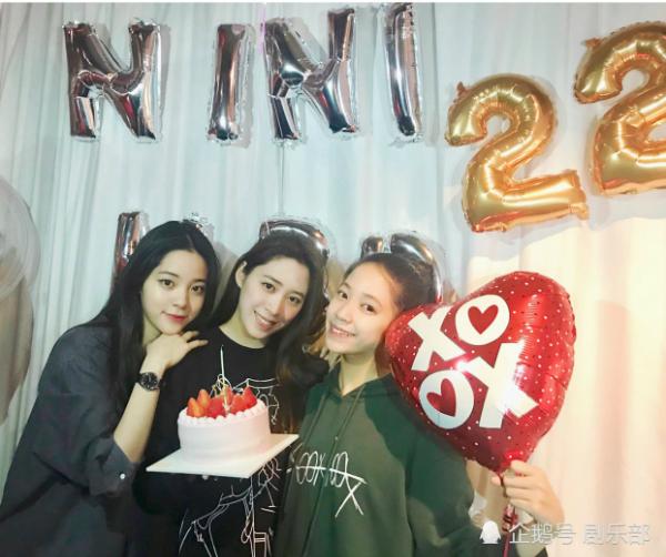 Ba chị em Âu Dương cùng chụp ảnh trong tiệc sinh nhật của Ni Ni.