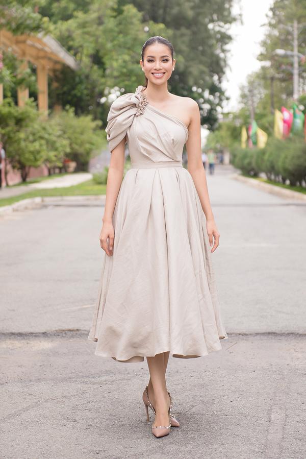 Chiều 22/5, Phạm Hương có mặt tại trường đại học Sư phạm Kỹ thuật TP HCM. Cô khoe vai trần trong thiết kế lệch vai của Lê Thanh Hòa.