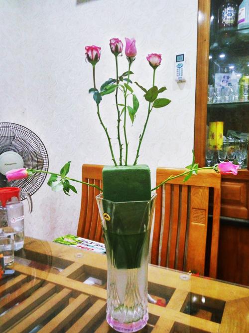 - Đặt miếng mút xốp đã nhúng nước vào bình hoa dáng dài. Đổ nước khoảng 2/3 bình để đủ nước cho hoa trong khoảng 2-3 ngày.-Để định hình 1 lọ hoa dángtròn toả đều, trước hết cắm 6 bông tạo hình một tam giác cân.