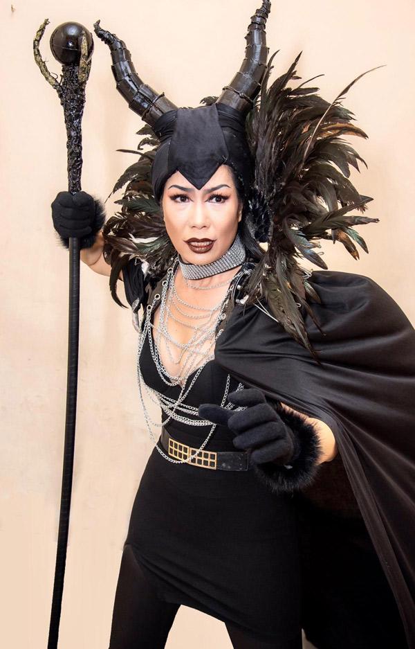 Á hậu tiết lộ đang dựng vở Tiên hắc ám. Chị tự hóa thân nhân vật chính với trang phục ấn tượng.