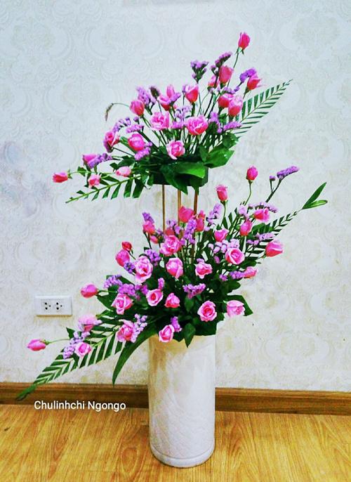 Chị Ngô Thúy chọn cắm những loại hoa bình dân và tươi lâu để trang trí cho căn hộ ở Hà Nội của mình.