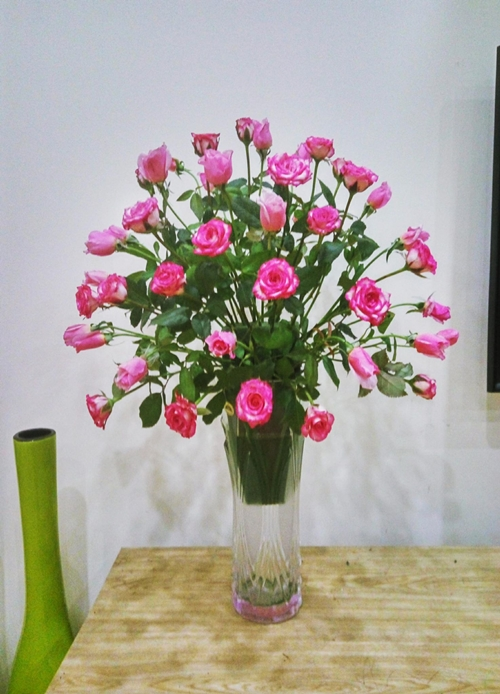 -Sau khi cắm xong 2 -3 lớp hoa so le và toả đều 2 bên như hình cầu vồng, tiếp tụccắm thêm hoaở mặt trước và sau bình(vẫn là cắm so le).