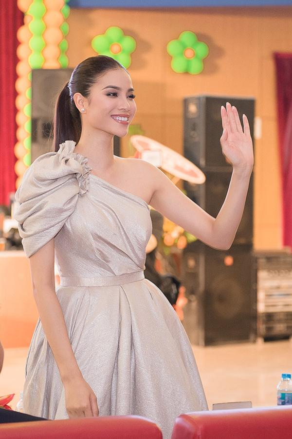 Cô hào hứng theo dõi để cùng các thành viên khác trong ban giám khảo tìm ra những gương mặt xinh đẹp, tài năng.