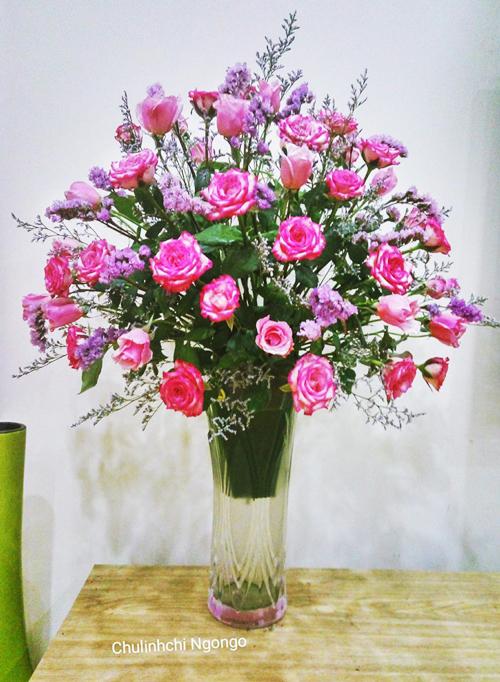 - Điểm thêm salem và sao tím để che miếng múp xốp và tăng sự mềm mại, duyên dáng cho lọ hoa.Bình hoa này có thể đặt ở bàn ăn, bàn nước hoặc kệ tivi; độ bền khoảng 3-4 ngày.