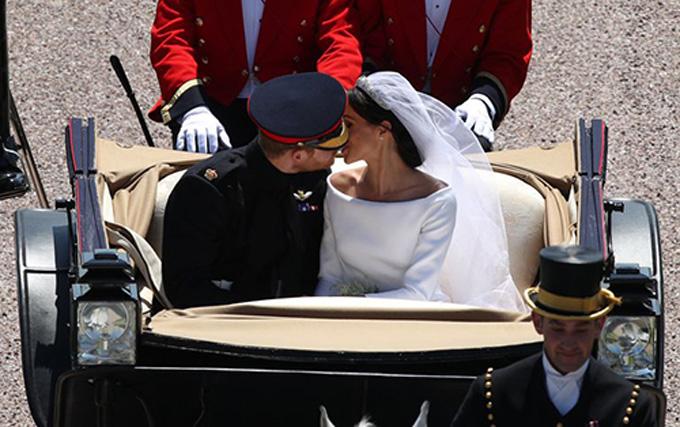 Khoảnh khắc cặp đôi trao nhau nụ hôn ngọt ngào trên xe ngựa cũng lọt vào ống kính của Yui Mok. Ảnh: PA.