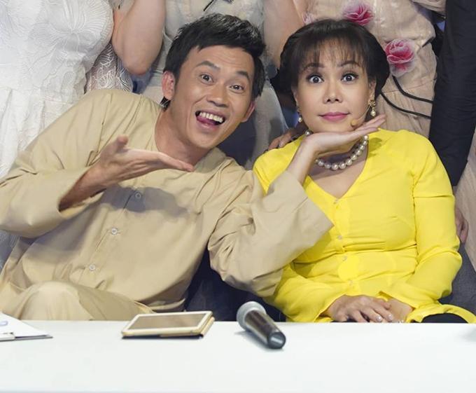 Việt Hương đặt cằm lên tay Hoài Linh bắt đúng hot trend chụp ảnh halu halu.