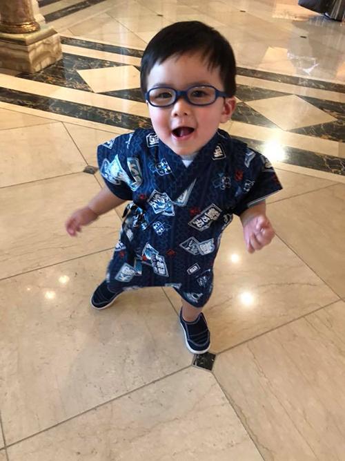 Thiên Từ nhà Đan Trường diện áo yukata khi đến Nhật cùng mẹ. Thuỷ Tiên chia sẻ: Tiên mới nhận người con nuôi bên Nhật.