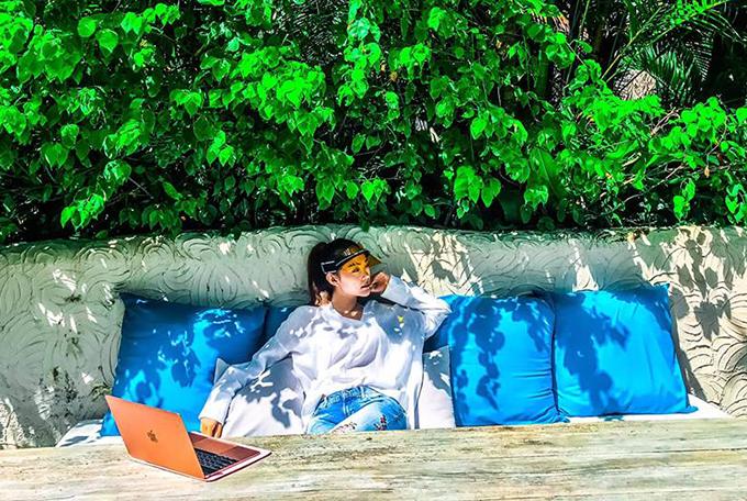 Minh Hằng thư thái tận hưởng không gian thoáng đãng và chia sẻ: Dạo này cứ bị thích dậy sớm làm ly cafe làm việc một mình.