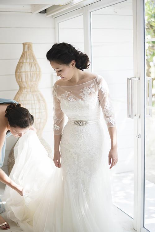 Điểm nhấn trên váy cưới:Một bộ váy bình dân sẽ thêm phần sang trọng với những chi tiết nhấn nhá như chiếc thắt lưng đính đá và bộ cúc cài bằng ngọc trai.