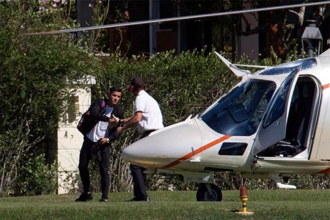 Coutinho tới địa điểm tập trung bằng trực thăng. Ảnh: NS.