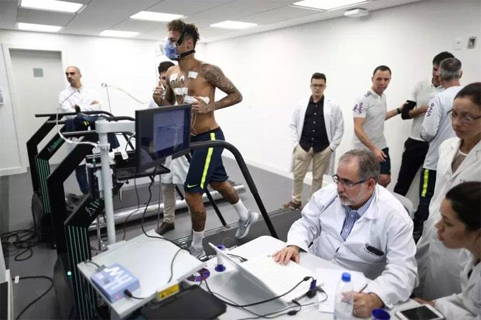 Việc kiểm tra y tế của Neymartrong ngày hội quân cùng tuyển Brazil...