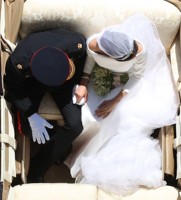 Nhiếp ảnh gia Yui Mok chụp đôi uyên ương hoàng gia ngay trên đầu họ. Ảnh: PA.