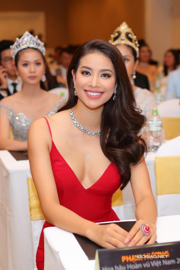 Hoa hậu Hoàn vũ Việt Nam 2015 sexy với thiết kế trễ cổ sâu, thần thái rạng rỡ đầy cuốn hút.