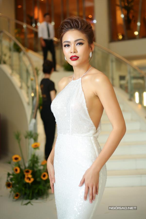 Á hậu Hoàn vũ 2017 Mâu Thủy khoe vai trần gợi cảm với thiết kế cổ yếm.