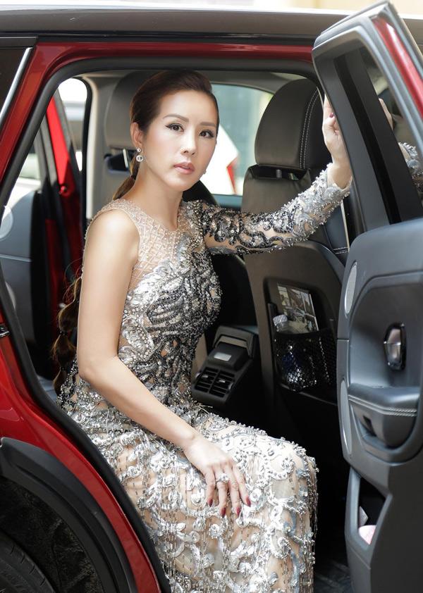Hoa hậu Thu Hoài được nhà thiết kế Công Trí chuẩn bị một bộ cánh đính kết cầu kỳ để dự sự kiện này.