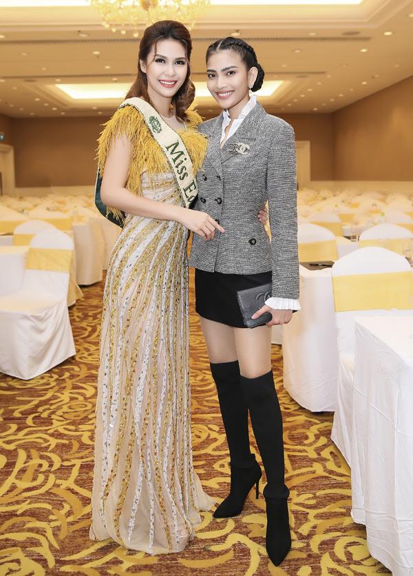 Á hậu các dân tộc 2007 Trương Thị May vui vẻ hội ngộ Hoa hậu Trái đất 2015 Angelia Gabrena Paglicawan Ong.