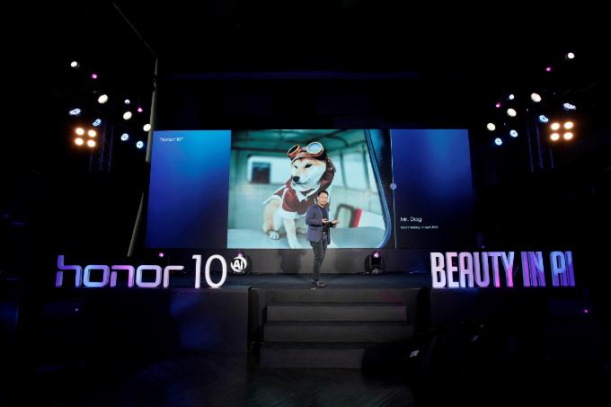 Ông Akin Li  Chủ tịch Honor khu vực Đông Nam Á giới thiệu tính năng camera AI của Honor tại sự kiện ra mắt ở Bangkok, Thái Lan.