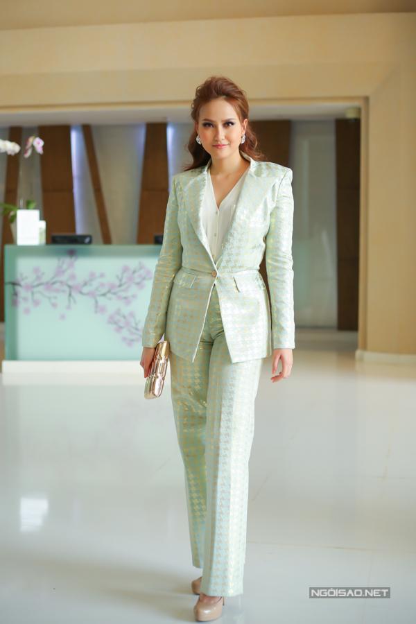 Miss Globe Khánh Ngân ăn mặc kín đáo như nhân viên công sở đi sự kiện.