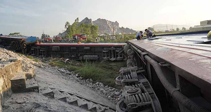 Đoàn tàu SE19 tan nát sau tai nạn với xe tải.