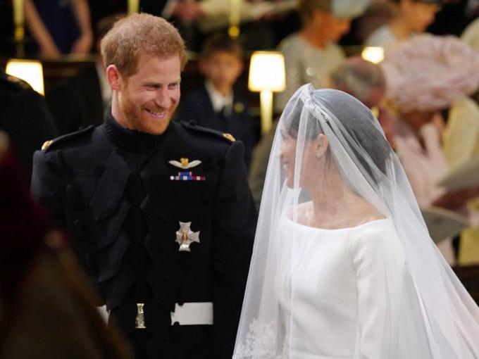 Meghan và Harry trong hôn lễ cổ tích ngày 19/5 ở lâu đài Windsor. Ảnh: Rex.