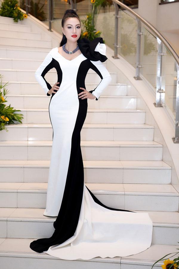 Cô diện chiếc váy đen - trắng ôm sát, với phần vai được thiết kế cầu kỳ, khoe thân hình quyến rũ.
