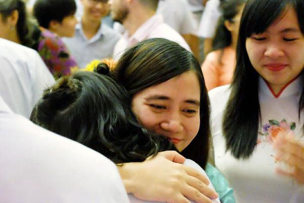 Cô Nguyễn Minh Ngọc chia tay học trò trong lễ trưởng thành. Ảnh: Facebook.