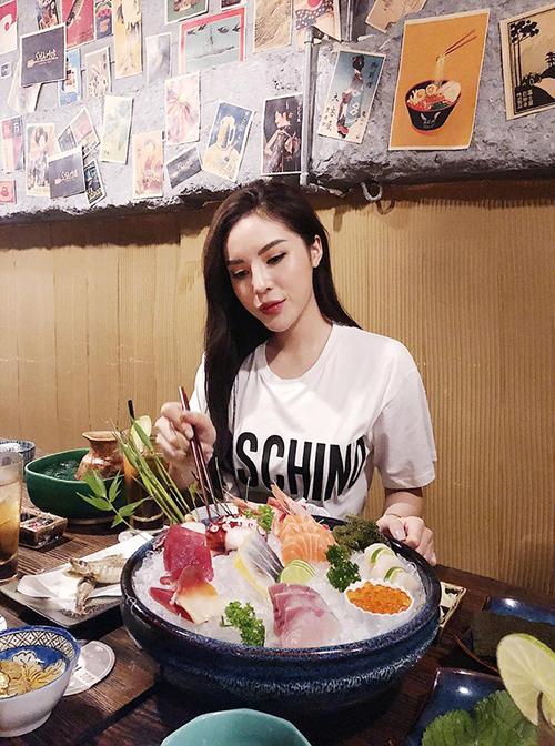 Kỳ Duyên bật mí địa chỉ ăn đồ Nhật mà cô yêu thích. Nàng bông hậu khiến nhiều người ngạc nhiên vì dung nhan ngày càng khác biệt.