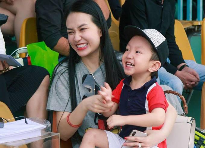 Hai mẹ con Hương Baby và Su Hào ra sân cổ vũ ông xã Tuấn Hưng thi đấu bóng đá.