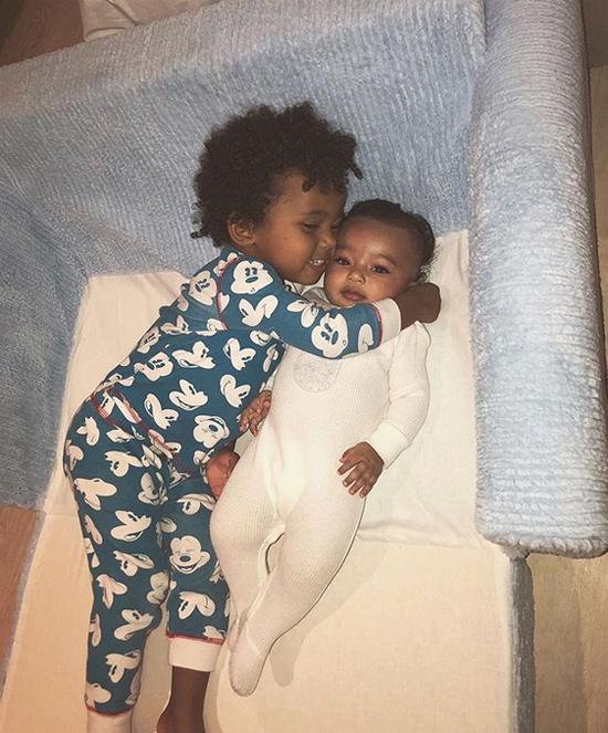 Người đẹp đăng ảnh công chúa nhỏ Chicago bên anh trai hôm đầu tuần.