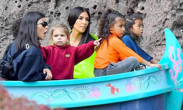 3 nhóc tỳ nhà Kourtney trạc tuổi các con nhà Kim nên bọn trẻ thường hay đi chơi cùng nhau.