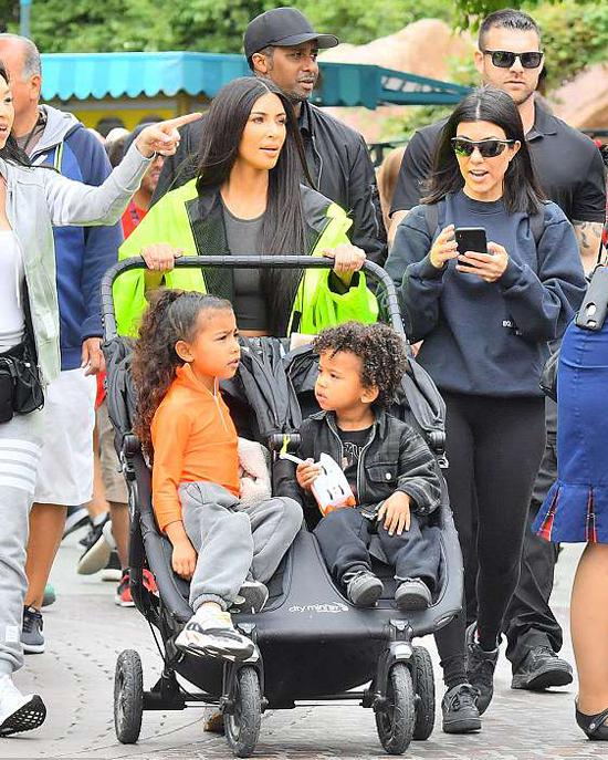 Chị gái Kourtney Kardashian cũng đưa con đi chơi cùng.