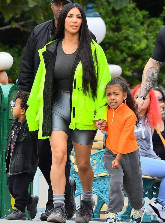 Kim dắt hai nhóc tỳ đầu lòng North sắp 5 tuổi và Saint 2 tuổi. Theo sau cô là rất nhiều vệ sĩ.