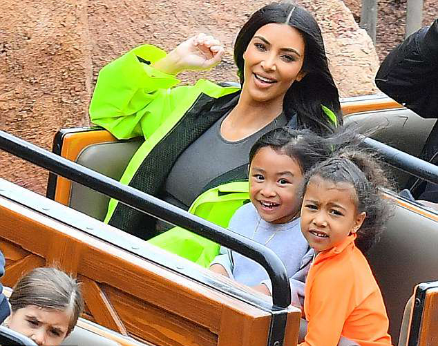 Bà xã Kanye West thích thú chơi tàu lượn với các con.