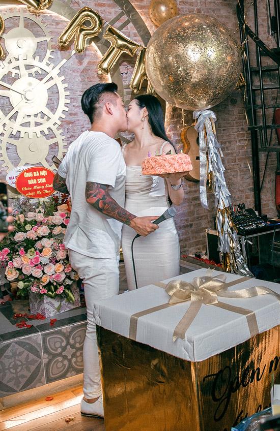 Trước sự hò reo của đông đảo bạn bè, đôi vợ chồng hôn nhau say đắm. Trong sinh nhật năm ngoái của bà xã, Tuấn Hưng từng khiến cô bất ngờ với bó hoa 99 bông hồng.