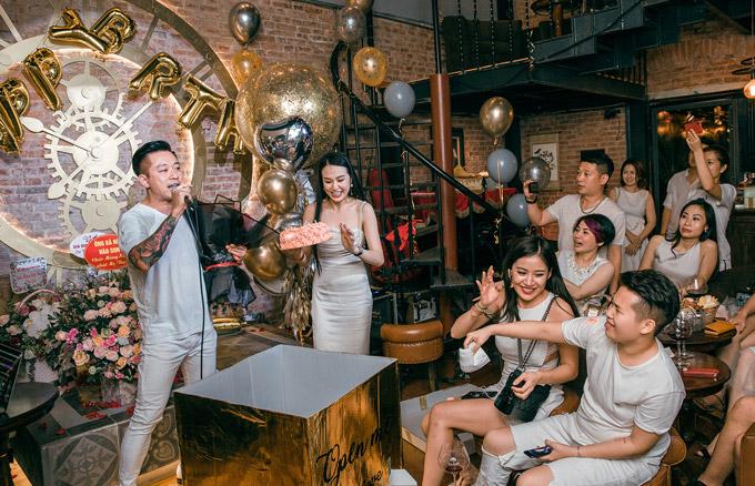 Vừa trở về từ Sài Gòn, Tuấn Hưng đãnhờ sự hỗ trợ của bạn bè để tổ chức bữa tiệc sinh nhật hoành tráng cho bà xã tại lounge của anh ở Hà Nội. Nam ca sĩtrang trí nhiều bóng bay ánh kim và hoa tươi trong không gian lounge để mừng vợ tròn 27 tuổi.
