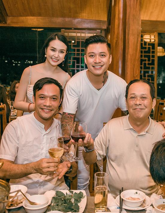 Bố Tuấn Hưng (ngoài cùng bên phải) vui vẻ dự tiệc sinh nhật con dâu.