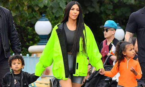 Kim Kardashian diện đồ nổi bật khi đưa con đi chơi công viên