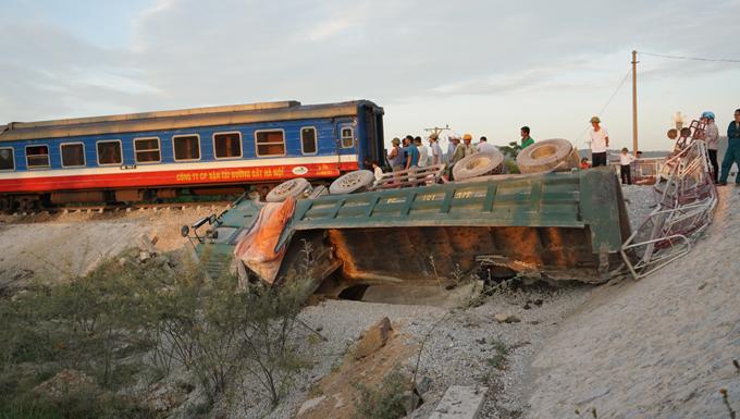 Vụ tai nạnkhiến đầu tàu và 6 toa khác bị lật, trong đó có 4 toa chở hành khách.