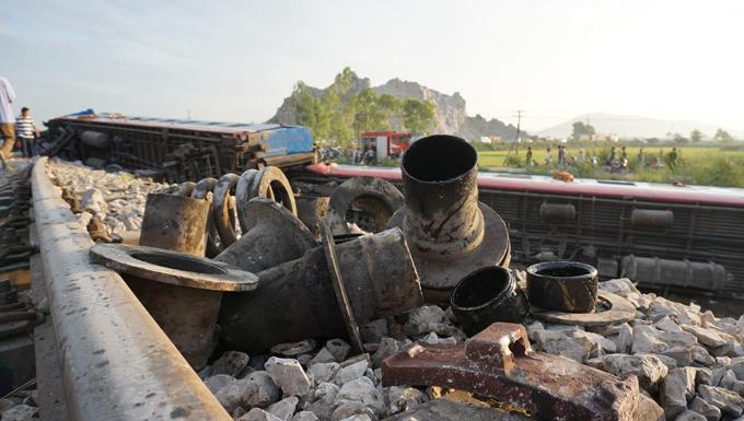 Khu vực tai nạn là đường ngang dẫn vào mỏ sét Trường Lâm và có rào chắn. Lực lượng chức năng đã tạm giữ hai nhân viên gác chắn để làm rõ nghi vấn rào chắn không được hạ xuống trước khi tàu chạy qua