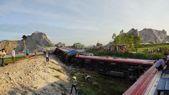 Đường bộ qua xã Trường Lâm đã được thông tuyến, nhưng tuyến đường sắt Bắc - Nam vẫn tê liệt.