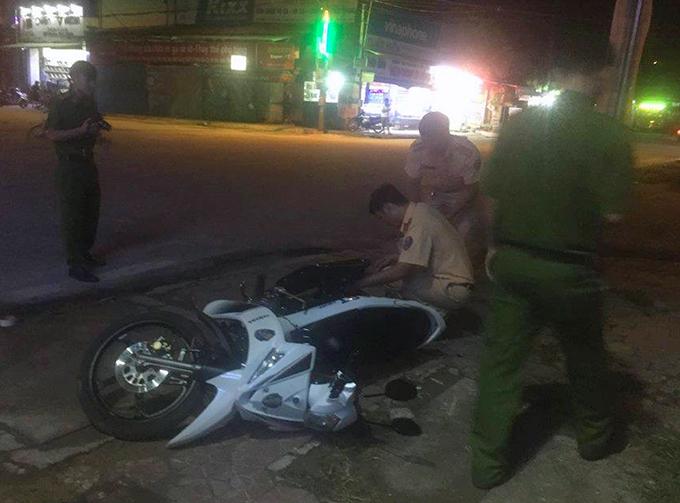 Xe máy cảnh sát hư hỏng nặng sau cú tông của ôtô tải. Ảnh: Đ.H