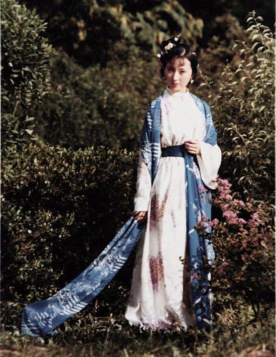 Kỷ niệm 11 năm ngày mất của cốdiễn viên Trần Hiểu Húc, tờ Sinađăng loạtảnhcủa côtrong những tháng ngày tươiđẹp nhất, là khi côđóng phim Hồng Lâu Mộng. Những bức hình góp phần khơi gợi lại trong tâm trí khán giả về nhân vậtđa sầu,đa cảm nhất trong tác phẩm kinhđiển của Trung Quốc: nàng LâmĐại Ngọc.