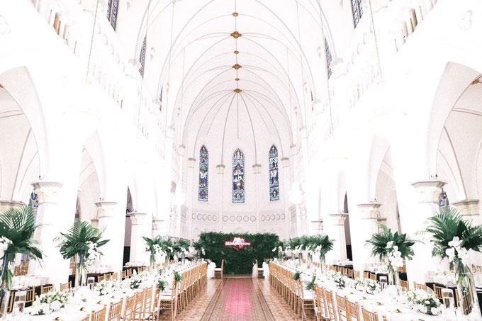 Cô dâu chú rể mang bầu không khí nhiệt đới vào tiệc cưới của mình với màu xanh tươi tốt chủ đạo. Các chi tiết trang trí, hoa cầm tay của cô dâu đã tạo sự tương phản nổi bật với địa điểm tổ chức tiệc cưới - tòa nhà màu trắng.