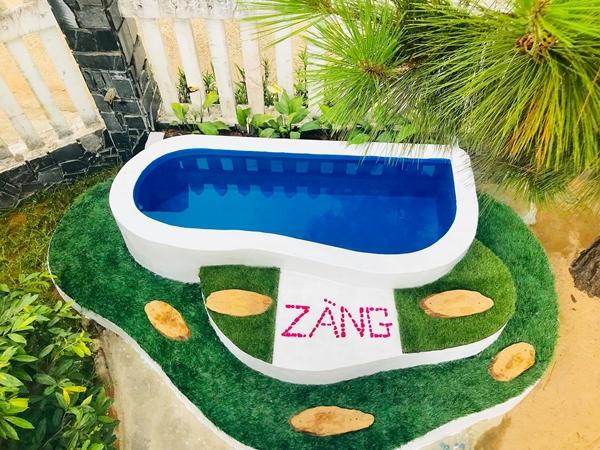 Anh Vũ viết tên thân mậtcủa con gái, Zàng lên bể bơi.
